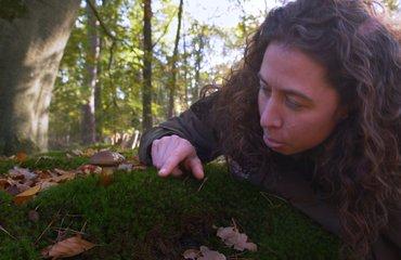 Anja Koning bij paddenstoel