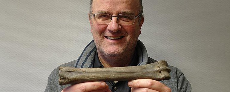 Ecomare museum curator Arthur Oosterbaan with the horse bone; photo: Ecomare