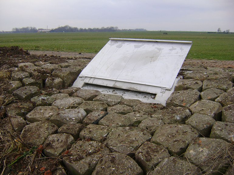 The snake can enter the artificial refuge through a narrow slot that is covered by a metal flap. This flap offers shelter to the emerging snake in the spring when, just coming out of its winter sleep and not yet very active, it would otherwise lie exposed on the barren slopes of the dyke