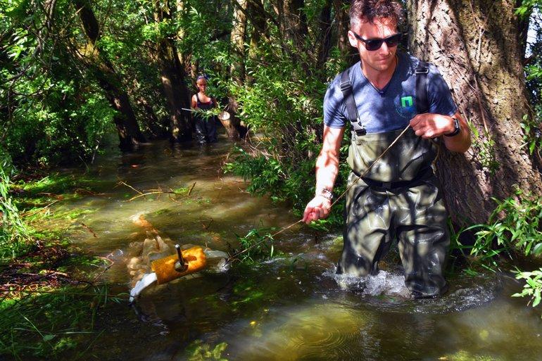 Twan Stoffers bemonstert samen met zijn student de larvale visgemeenschap met een hoepelnet