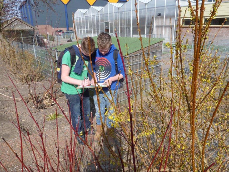 Leerlingen van het Clusius College doen Natuurkalender waarnemingen