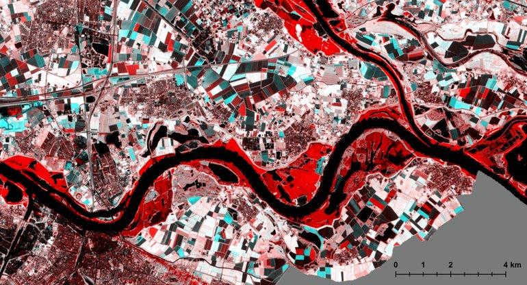 Close-up van het gecombineerde beeld van een satellietfoto met een normale rivierstand en de satellietfoto van 8 januari. De rode gebieden langs de rivieren zijn overstroomd