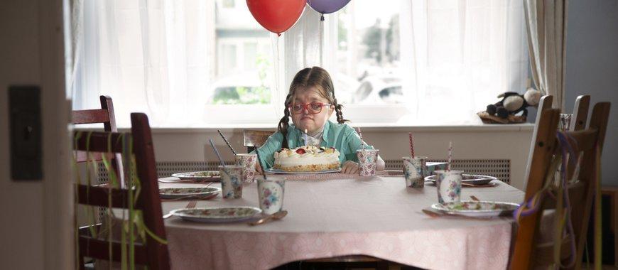 Robin alleen met verjaardagstaart
