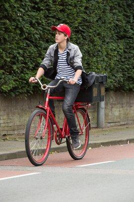 Daan de Groot van de Capsclub op de fiets