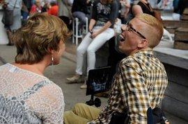Lachende jongen in rolstoel