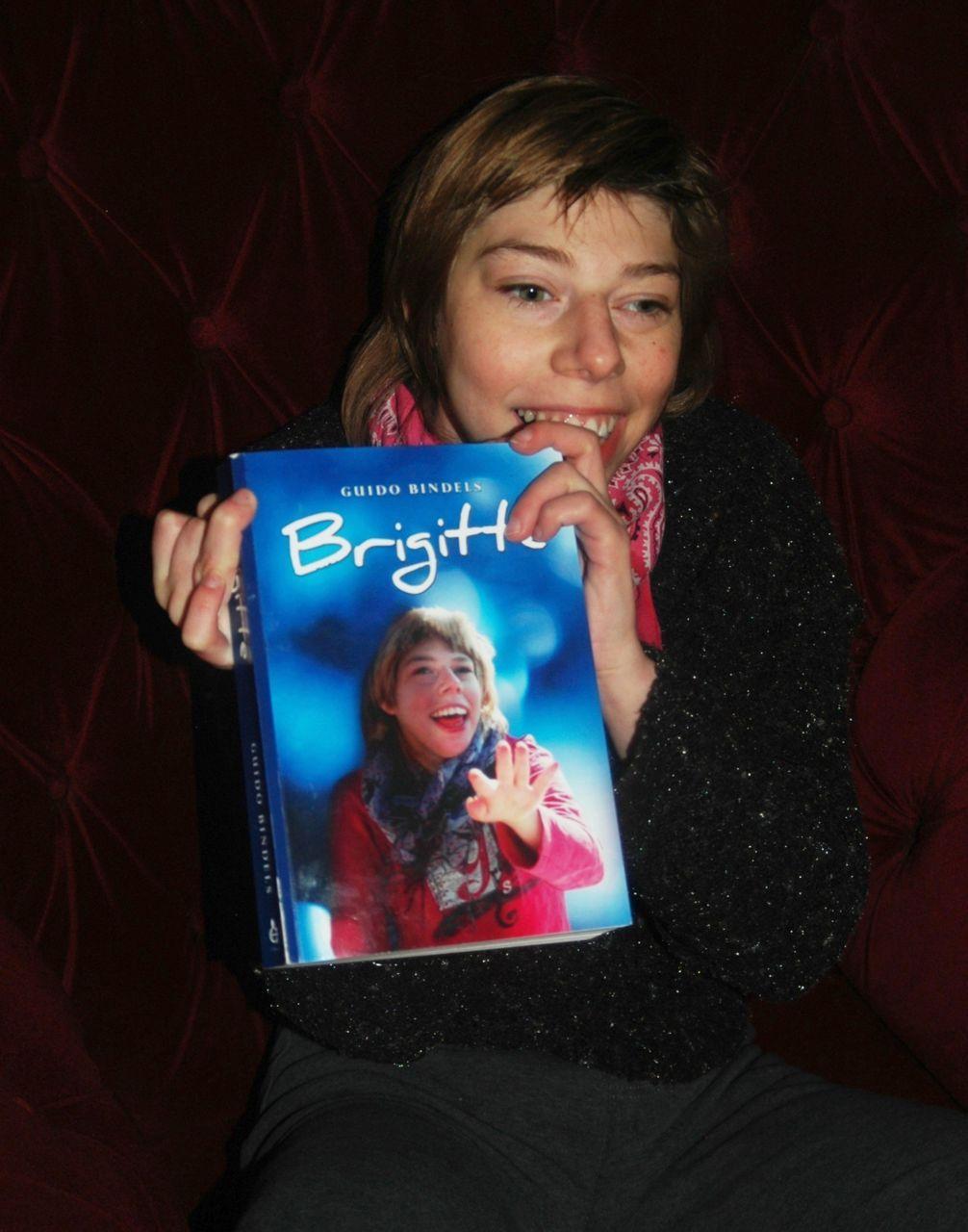 Brigitte met het boek dat haar vader over haar schreef
