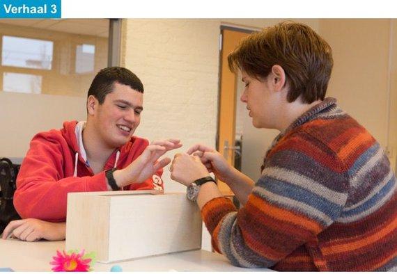Docent en leerling werken met lespakket