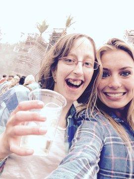 Aranka van Lindert, stagiaire NSGK, met een vriendin op een festival