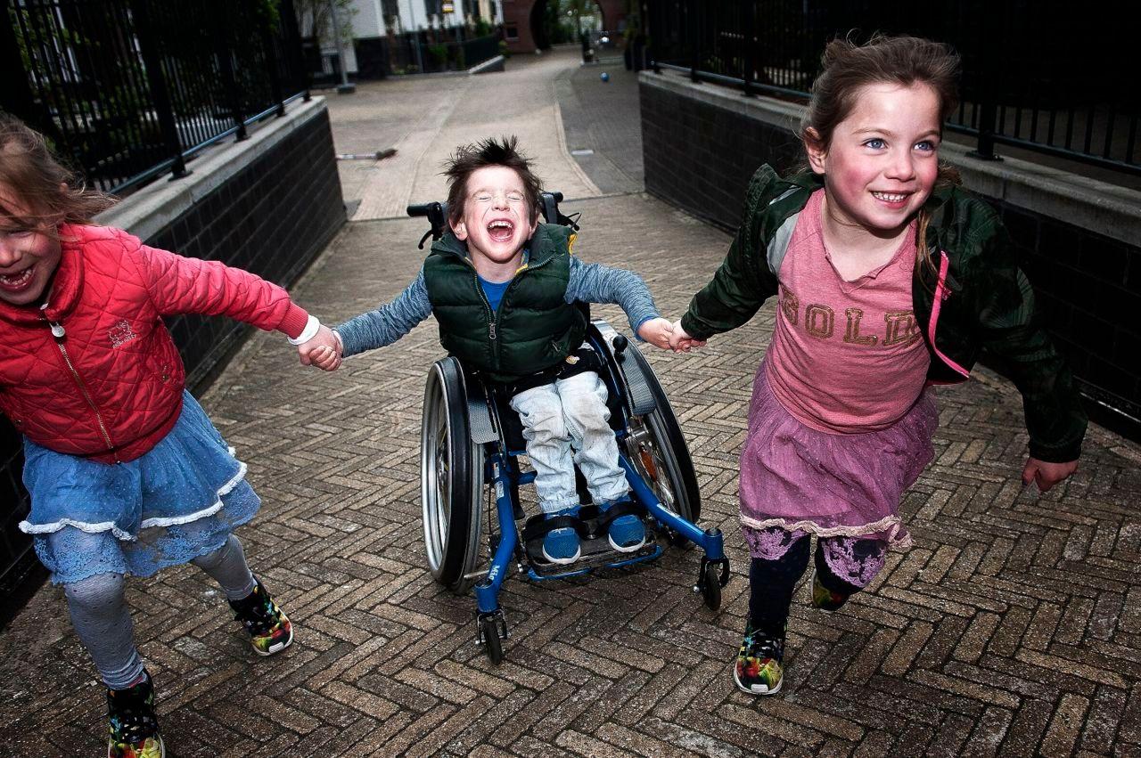 Kjelt in rolstoel met twee meisjes