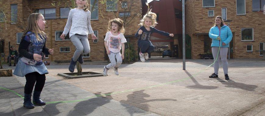 Kinderen touwtjespringen op een pleintje