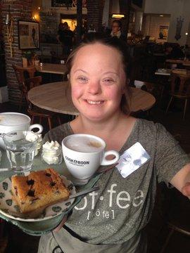 Brownies&DownieS medewerker met koffie en gebak