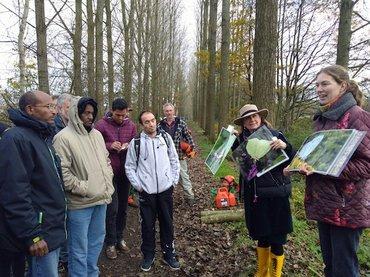 Jolan van Herwaarden van Natuurwerkgroep Liempde en Gerdien Bos-Groenendijk van Vlinderstichting vertellen de vluchtelingen over de vlinders. Foto: Jesper Buursink